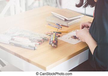 עפרון, עפרונות, ירוק קל, אישה, מחדד, צילום מקרוב, הרבה, ידיים, להשתמש, שולחן, טונינג