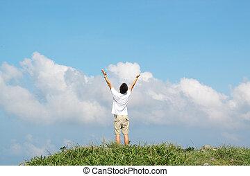 פגישה, של, ה, sky., ה, איש, ב, גבוה, הר, עם, ה, ידיים, הרם, מעל, ב, a, רקע, של, שמיים כחולים