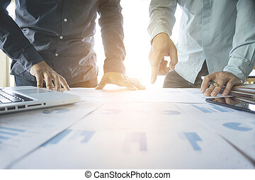 צוות של עסק, שני, קולגות, לדון, חדש, התכנן, גרף כספי, נתונים, ב, משרד, שולחן, עם, מחשב נייד, ו, דיגיטלי, tablet.