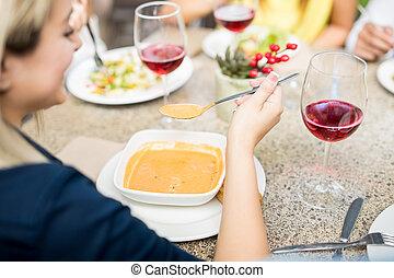 צילום מקרוב, של, אישה אוכלת, מרק