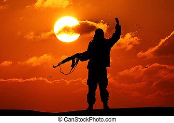 צללית, של, צבא, חייל, או, קצין, עם, נשקים, ב, sunset., ירה, להחזיק, אקדח, צבעוני, שמיים, הר, רקע