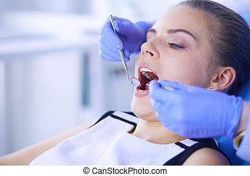 צעיר, נקבה, חולה, עם, פה פתוח, לבחון, של השיניים, פיקוח, ב, רופא שניים, משרד.