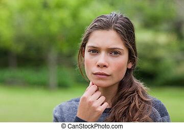 צעיר, שקוע במחשבה, מבוגר, להסתכל במצלמה, בזמן, לשים, שלה, העבר בסנטר