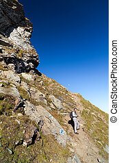 צעיר, תייר, לקחת צילומים, בחוץ, ב, ה, נוף של הר