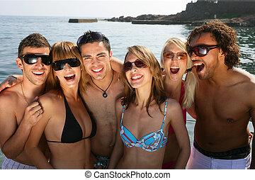 קבוצה של ידידים, בחוף