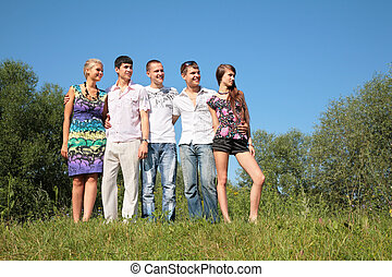 קבוצה של ידידים, בחוץ, ב, קיץ
