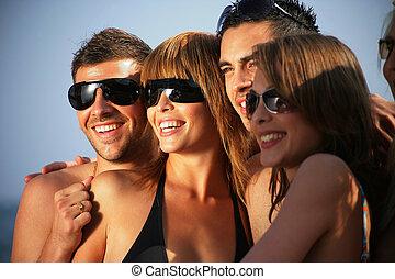 קבוצה של נוער, על החוף