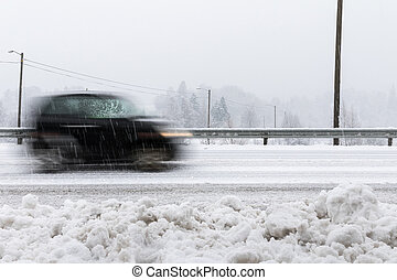 קטן, שחור, מכונית, ב*מסמן, טשטש, על הדרך, ב, נוף של חורף, עם, מושלג, weather.