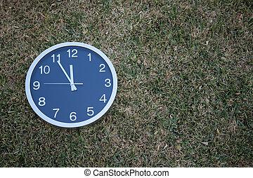 קיר, דשא, שעון
