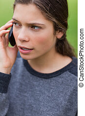 רציני, מתבגר, לדבר, עם, שלה, טלפון נייד, בזמן, להסתכל בכיוון, ה, תמוך
