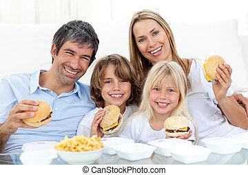 רצפה, המבורגרים, לשבת, משפחה אוכלת, שמח