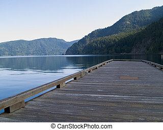 שובר גלים, אגם