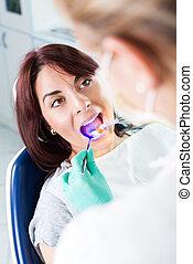 של השיניים, א.ו., טיפול, מנורה