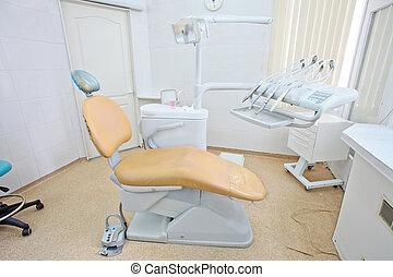 של השיניים, חדר