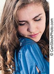 שמח, אישה צעירה, ב, חולצה כחולה