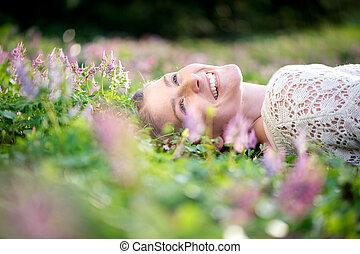שמח, אישה צעירה, *משקר/שוכב, ב, אחו, של, פרחים