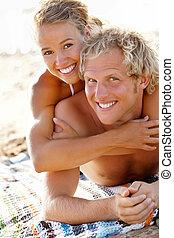 שמח, זוג צעיר, על החוף