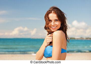 שמח מחייך, אישה, על החוף