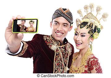 שמח, מסורתי, ג'אווה, זוג של חתונה, עם, טלפון נייד