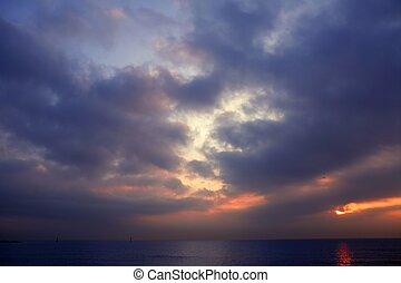שמיים סוערים, עם, עננים אפורים