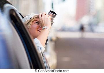 תייר, לקחת צילומים, במכונית, עם, מצלמה