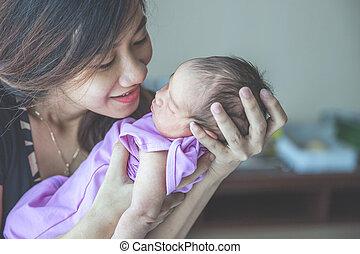 あくびする, 彼女, 幸福に, 若い, 新生, 保有物, 母, 微笑, 赤ん坊