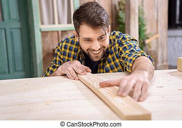 あごひげを生やしている, 大工, 測定, 木製の板, 上に, テーブル