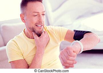 あごひげを生やしている, 彼の, 点検, カロリー, smartwatch, 見る, 行く, スポーツ, 人