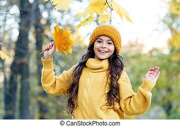 あなた, セーター, leaves., 女の子, 子供, 子供, 黄色, 編まれる, hat., 時間, fun., park., かえで, great., 秋, (どれ・何・誰)も, 天候, 秋, ニットウェア, ファッション, kids., 楽しみなさい, 自然, 暖かい, 把握, 感じ