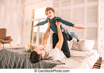 ありなさい, わずかしか, 彼の, 飛行機, 興奮させられた, 間, ふりをすること, father., 遊び, 夢みる人
