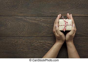 ∥あるいは∥, 日, 幸せ, 現代, コピー, 机, 保有物, 木, concept., 光景, オフィス誕生日, クリスマス, オブジェクト, 上, 無作法, 年, 家, 新しい, 手, space., present., わずかしか, 陽気, 背景, ブラウン, 祝祭