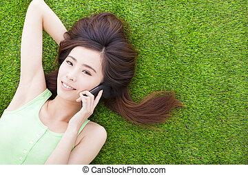 あること, 女の子, 下方に, smartphone, 微笑, 話し, 牧草地