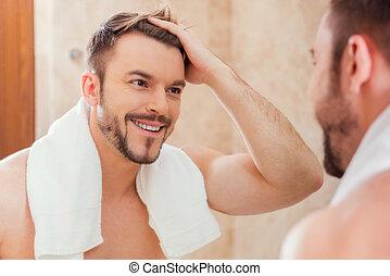 おはよう, へ, me., ハンサム, 若者, 感動的である, 彼の, 毛, ∥で∥, 手, そして, 微笑, 間,...