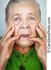 おびえさせている, そして, 心配した, 年長の 女性, ∥で∥, しわ