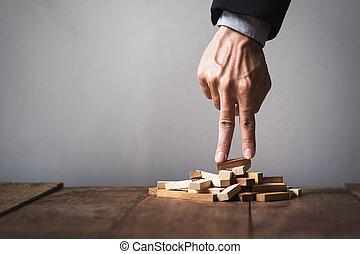 おもちゃ, ビジネス 人, liken, の上, 手, goal., ステップ, 木製のブロック
