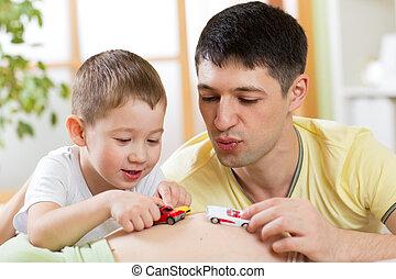 おもちゃ, 妊娠した, 自動車, 妻, 父, 息子, 朗らかである, 楽しみ, 持ちなさい, 腹, 遊び