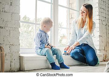 お母さん, そして, 小さい子供, 男の子, おもちゃで遊ぶ, 家で