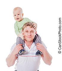 お父さんを抱いている息子