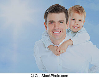 お父さんを抱いている息子, 上に, 彼の, 肩。