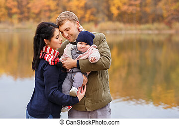 お父さん, お母さん, 手を持つ, 女の赤ん坊