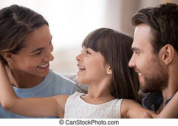 お父さん, かわいい, 娘, 見る, 親, 笑い, 楽しみ, 持つこと