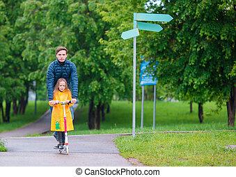 お父さん, わずかしか, 公園, スクーター, 女の子, 秋, 屋外で, 乗馬, 愛らしい