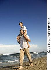 お父さん, 伴っている息子, 上に, 彼の, 肩。