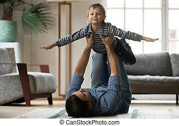 お父さん, 小さい子供, 息子, 遊び好きである, 持ち上がること, 若い, 空気。