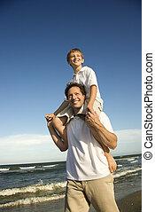 お父さん, 届く, 彼の, 肩。, 息子