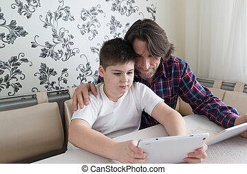 お父さん, 屋内, コンピュータ, タブレット, 息子
