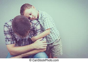お父さん, 彼の, 壁, 抱き合う, 悲しい, 息子
