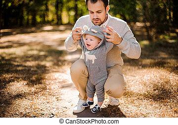お父さん, 彼の, 手アップ, 一突き, 笑い, 屋外で, 息子