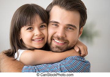 お父さん, 抱きしめること, 抱き合う, 見る, しっかりと, カメラ, 保有物, 子供, 幸せ