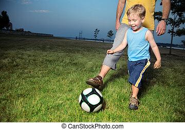 お父さん, 男の子, 彼の, フットボール, 屋外で, 遊び
